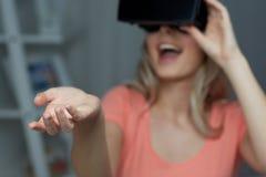 Donna felice in cuffia avricolare o vetri di realtà virtuale Fotografie Stock