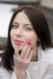 Donna felice del Brunette giovane Fotografia Stock Libera da Diritti