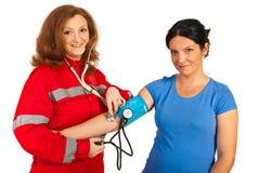 Donna felice del paziente e del paramedico Fotografie Stock
