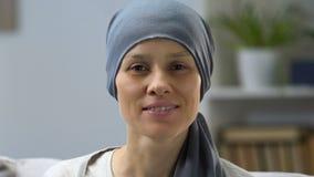 Donna felice del superstite del cancro che sorride alla macchina fotografica, alla remissione ed alla speranza per il recupero stock footage