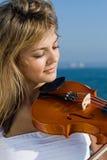 donna felice del violino fotografia stock