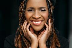 Donna felice dell'afroamericano Annuncio pubblicitario del dentista fotografie stock libere da diritti