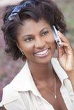 Donna felice dell'afroamericano che comunica sul telefono delle cellule Immagine Stock Libera da Diritti