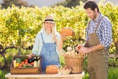 Donna felice dell'agricoltore che tiene un pane Immagine Stock