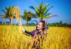 Donna felice dell'agricoltore nel giacimento del riso Immagini Stock