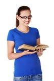 Donna felice dell'allievo con il libro Immagini Stock Libere da Diritti