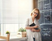 Donna felice della donna di affari al consiglio scolastico con pianificazione di programma Immagini Stock Libere da Diritti