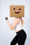Donna felice della scatola del fronte con il workou delle teste di legno Fotografia Stock Libera da Diritti