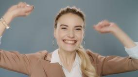 Donna felice di affari che celebra successo Vincitore emozionante che celebra vittoria stock footage