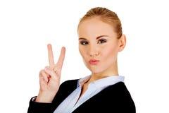 Donna felice di affari che mostra il segno di vittoria Fotografia Stock