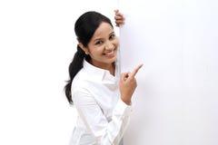 Donna felice di affari che mostra insegna in bianco Immagine Stock