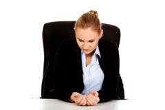 Donna felice di affari che si siede dietro lo scrittorio Fotografia Stock Libera da Diritti