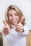Donna felice di affari che tiene entrambi Fotografia Stock