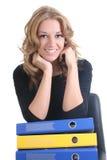 Donna felice di affari con i dispositivi di piegatura Fotografia Stock Libera da Diritti