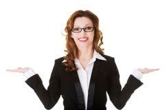 Donna felice di affari con le mani aperte Fotografia Stock
