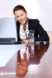 Donna felice di affari nell'ufficio Fotografia Stock Libera da Diritti