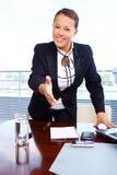 Donna felice di affari nell'ufficio Fotografie Stock Libere da Diritti