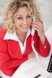 Donna felice di affari sul telefono Fotografie Stock Libere da Diritti