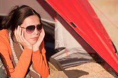 Donna felice di campeggio che si trova in tenda da solo immagini stock libere da diritti