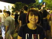 Donna felice di Latina a Georgetown dopo i fuochi d'artificio fotografia stock libera da diritti