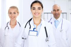 Donna felice di medico con il personale medico all'ospedale Immagine Stock Libera da Diritti