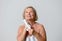 Donna felice di medio evo che asciuga il suo collo con l'asciugamano Fotografia Stock