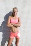 Donna felice di misura che prende rottura dopo l'allenamento nel giorno di estate Fotografia Stock Libera da Diritti