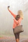 Donna felice di modo in parco che prende la foto del selfie Immagine Stock