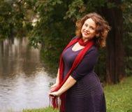 Donna felice di modo vicino al fiume Immagini Stock Libere da Diritti