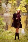 Donna felice di modo vicino al fiume Fotografia Stock