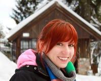 Donna felice di redhead sulla sua vacanza invernale Fotografie Stock