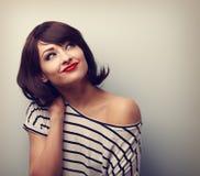 Donna felice di trucco dei capelli di scarsità che pensa e che cerca Annata c immagini stock