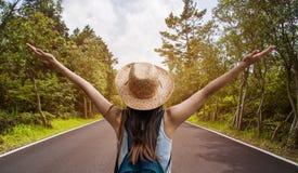 Donna felice di viaggio sul concetto di vacanza Il viaggiatore divertente gode del suo viaggio e aspetta per avventurare fotografia stock