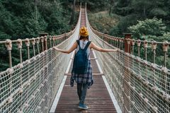 Donna felice di viaggio sul concetto di vacanza Il viaggiatore divertente gode del suo viaggio e aspetta per avventurare immagine stock