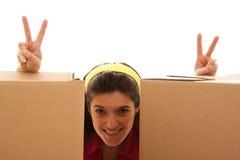 Donna felice dietro le caselle immagine stock