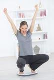 Donna felice dopo perdita di peso immagine stock libera da diritti