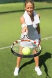 Donna felice dopo pratica di tennis Fotografie Stock