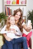 Donna felice e bambino che prendono un selfie Fotografia Stock