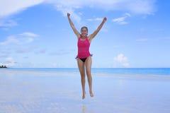 Donna felice e in buona salute alla spiaggia Immagine Stock Libera da Diritti