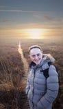 Donna felice e sorridente che cammina lungo il sentiero costiero Fotografia Stock Libera da Diritti