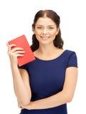 Donna felice e sorridente con il libro Immagini Stock Libere da Diritti