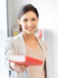 Donna felice e sorridente con il libro Fotografia Stock Libera da Diritti