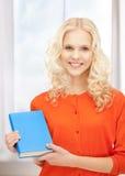 Donna felice e sorridente con il libro Fotografia Stock