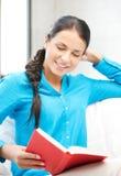 Donna felice e sorridente con il libro Immagine Stock