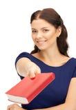 Donna felice e sorridente con il libro Fotografie Stock Libere da Diritti