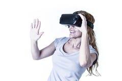 Donna felice ed emozionante attraente che usando gli occhiali di protezione 3d che guardano una visione di 360 realtà virtuali Fotografie Stock