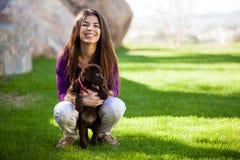 Donna felice ed il suo cane sveglio Fotografia Stock Libera da Diritti