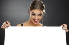 Donna emozionante che tiene tabellone per le affissioni bianco Immagini Stock Libere da Diritti