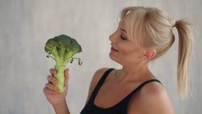 Donna felice esile che tiene frutta e le verdure fresche video d archivio