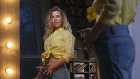 Donna felice in jeans sciolti dopo perdita di peso stock footage